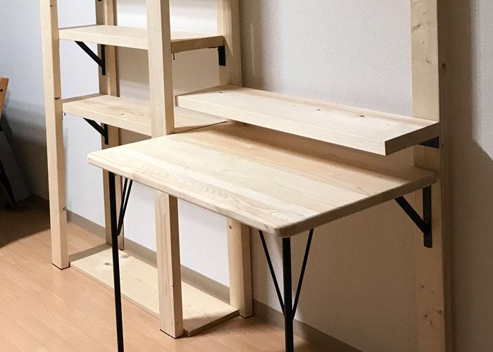 棚板とデスクの天板の組まれた家具