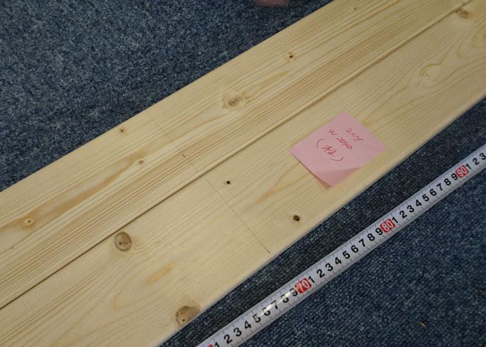 寸法の下書きをした木材