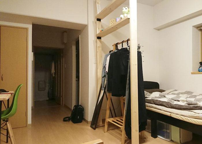 飾り棚付きのパーテーションのある部屋