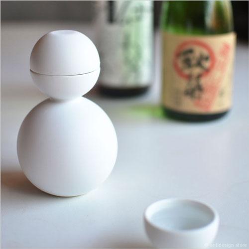 日本酒を酒器だるまで