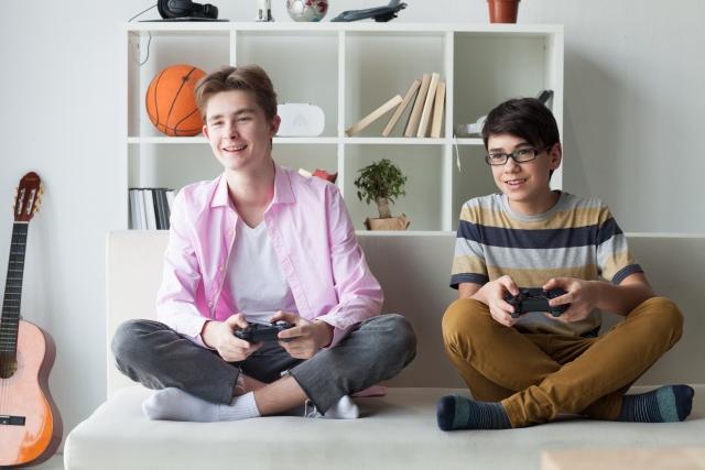 TVゲームをする男の子2人