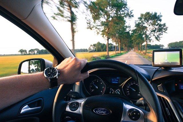 ドライブでハンドルを握る