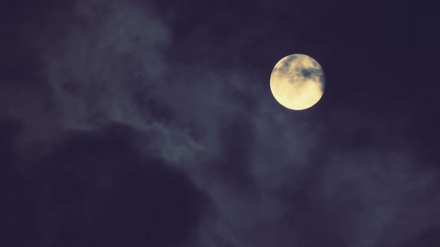 雲がかかった月